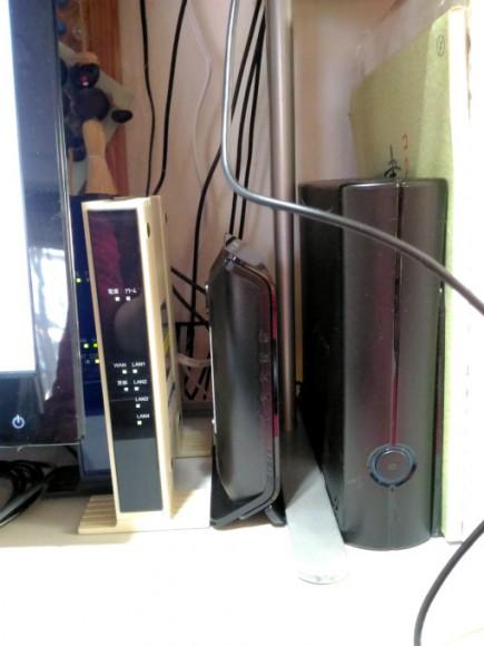 左の奥に隠れ気味のが「ひかり電話装置」 その右が「CTU(加入者網終端装置)」 その右のが「AtermWG1200HS」 一番右が外付けHDD