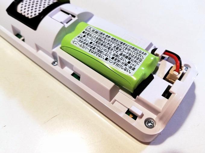 充電池のコードの先端部分を受話子機に差し込む。