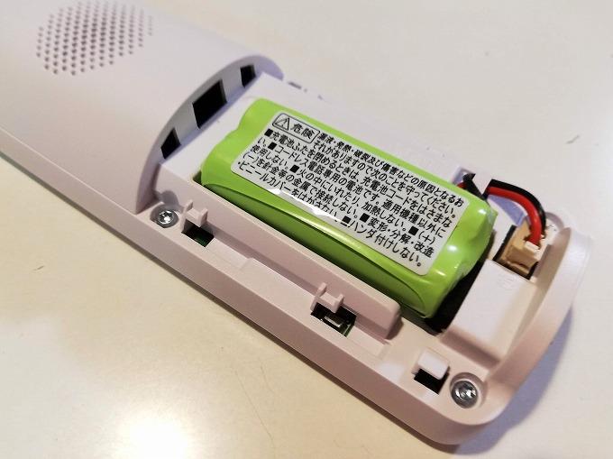 充電池のコードを子機に差し込む